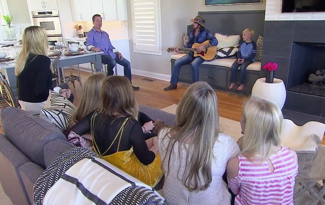 Billy Ray Cyrus serenades the family from their new seating nook