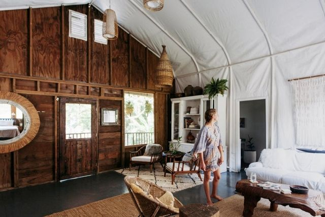 A Hawaiian couple remodeled their living room using salvaged materials.