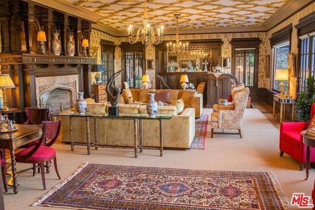 Gilded living room ceiling