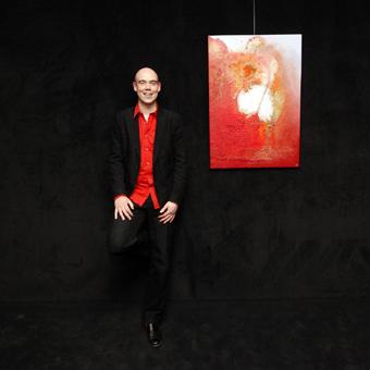 Eelko van Iersel met het schilderij 'El amor está en el aire'