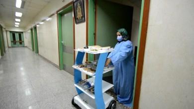 "Photo of بالصور… جامعة المنصورة تطلق أول روبوت لخدمة مرضي ""كورونا"" بمستشفى العزل"