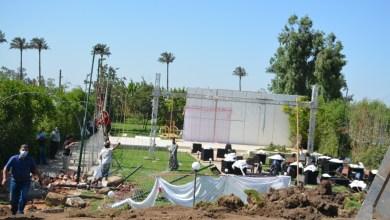 """Photo of إزالة قاعة تصوير """"فوتو سيشن"""" مخالفة على أرض زراعية أمام مساكن الرملة في بنها"""