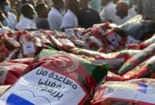 حدث في الخرطوم .. روسي يوزع طرود رمضان للمواطنين