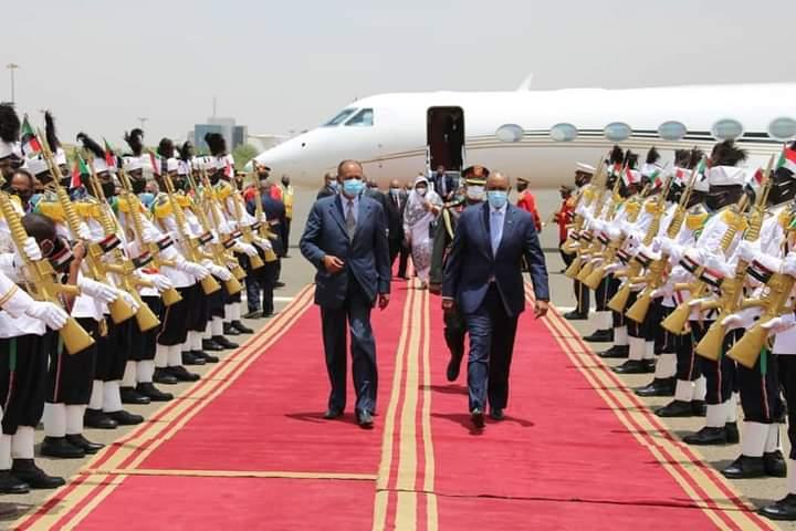 عاجل.. وصول الرئيس الإريتري لمطار الخرطوم