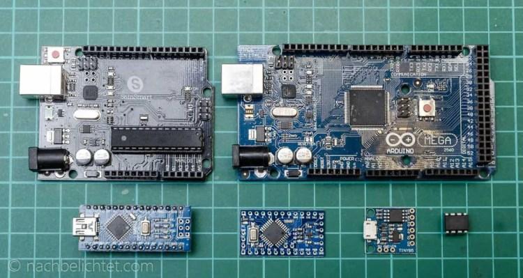 Arduinos im Vergleich: (oben l. n. r.) Arduino Uno und Mega. Unten Arduino Nano, Micro, Tiny85 Board und ein ATTiny 45 als IC