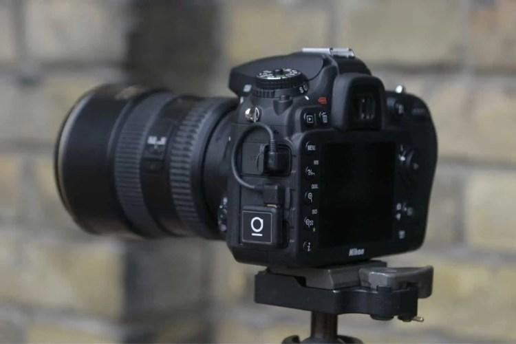 Der Unleashed Bluetooth-Empfänger an einer Nikon DSLR
