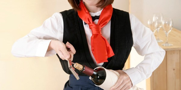 ワインを扱う飲食店の経営者必見!ソムリエを雇う意味について