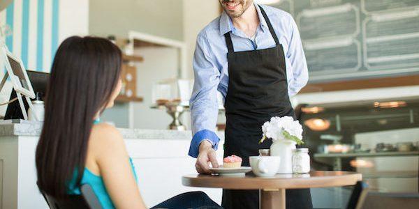 飲食店で、常連客との距離を保つことが大切な理由とは?