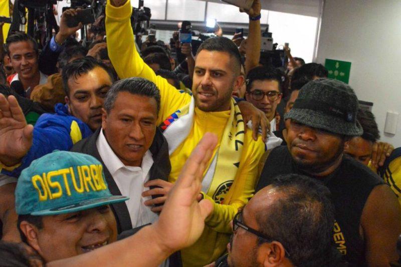 Con fiesta, Jérémy Ménez arriba a la Ciudad de Mexico DTJmauLU0AAlaSX