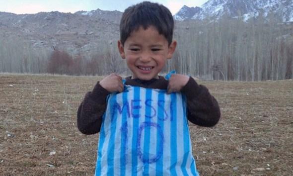Niño afgano famoso por su playera de Messi