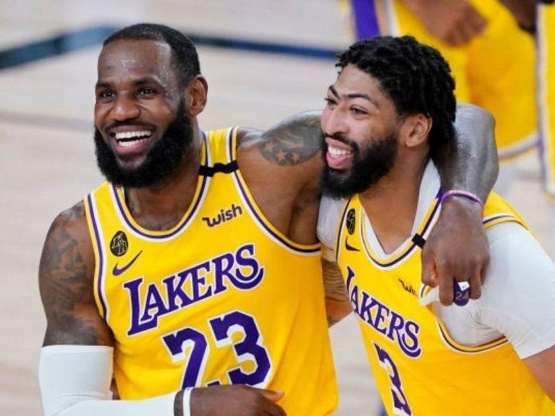 Russell Westbrook compañero de LeBron James