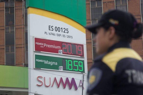 Gobierno de EPN aumenta impuesto a la gasolina, a meses de terminar su sexenio.
