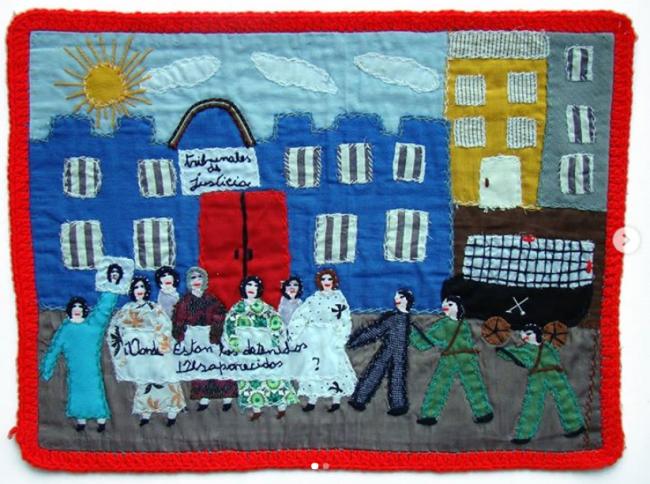 """Una arpillera de Chile con el lema """"¿Dónde Están los Detenidos Desaparecidos?"""" Fondo Marijke Oudgeest. (Museo de la Memoria)"""