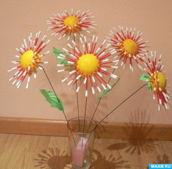 A whole bouquet of daisies made of cotton sticks!