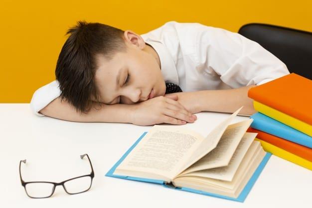 Criança dormindo enquanto lia