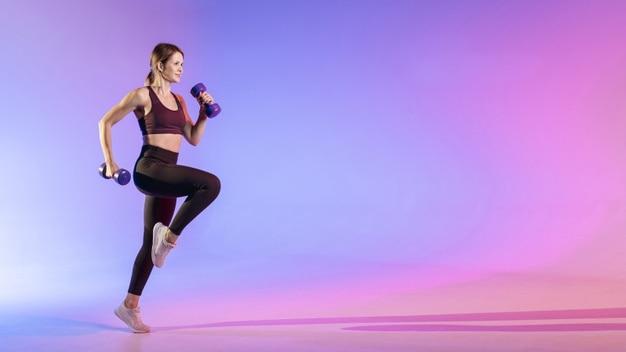 mulher se exercitando com halteres