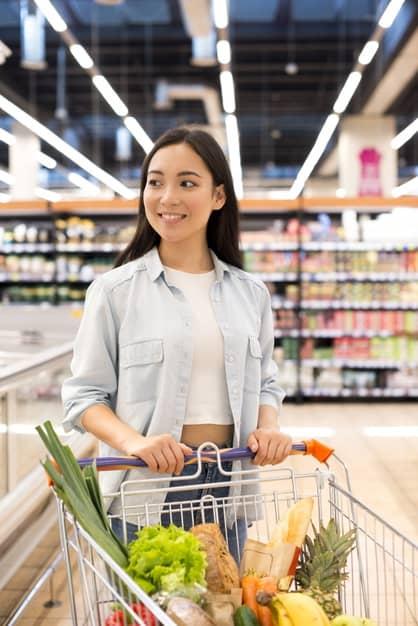 mulher no supermercado