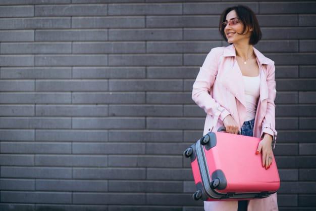 mulher com uma mala