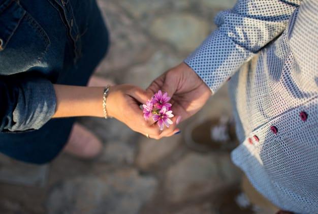 casal com uma flor