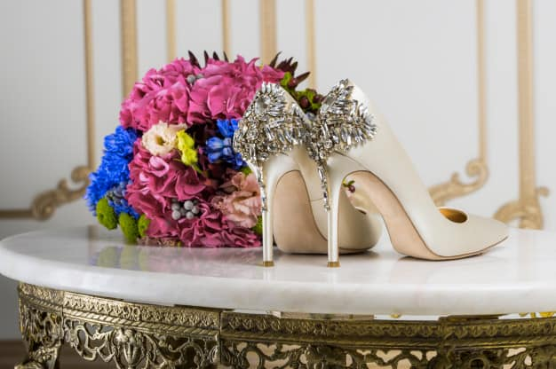 Sapato de noiva com bouquet