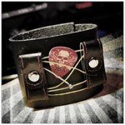 Upcycling Leder-Armband aus einem alten Gitarrengurt, Gitarrensaiten und einem Plektrum