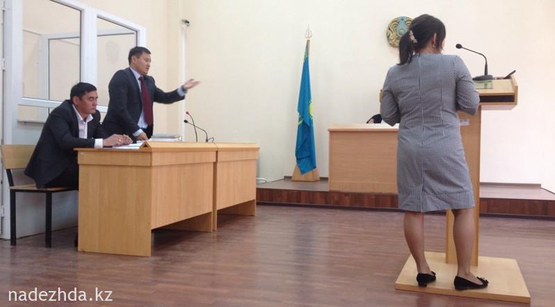 На фото: адвокат Бакытжана Сатыбалдиева (крайний слева) Руслан Жумагулов хочет услышать от свидетелей нужные защите показания.