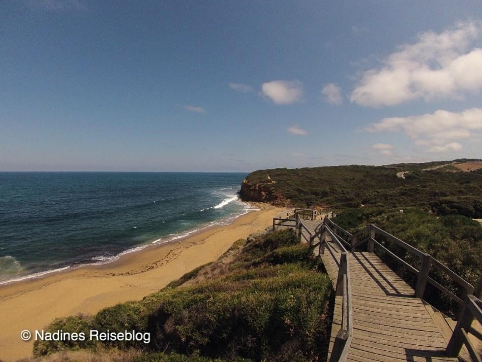 Blick auf den Surfstrand mit Treppe
