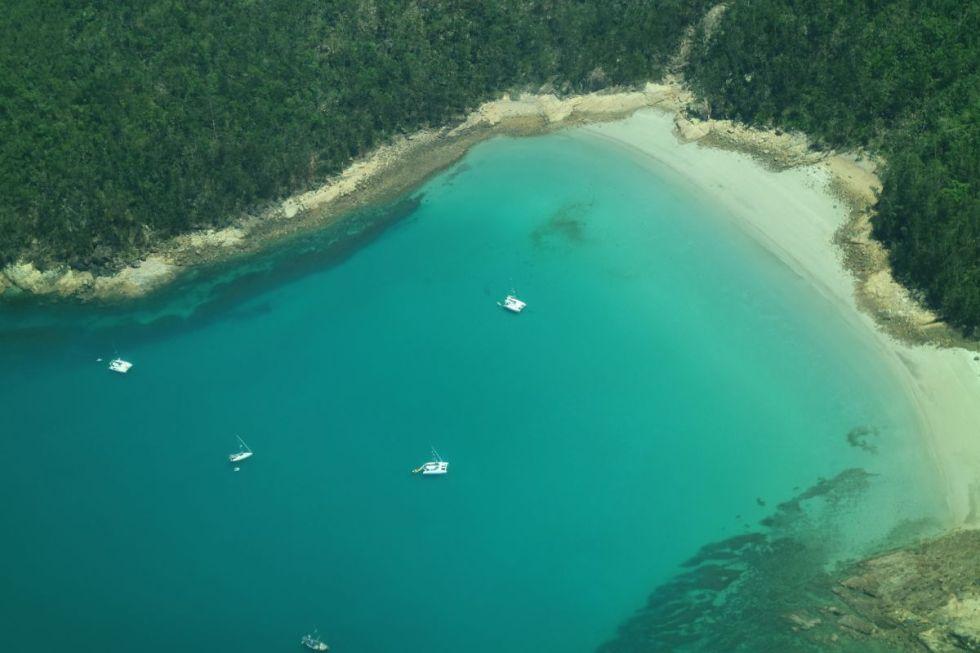 Flug über eine Bucht der Whitsundays