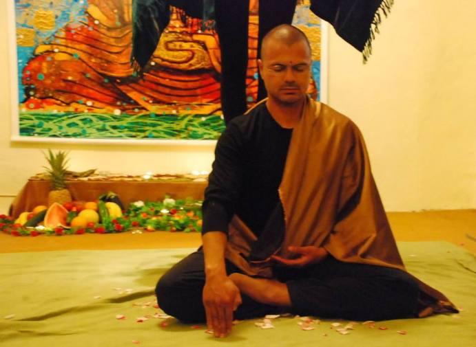 Juan Carlos Dudier representando al futuro Buda.