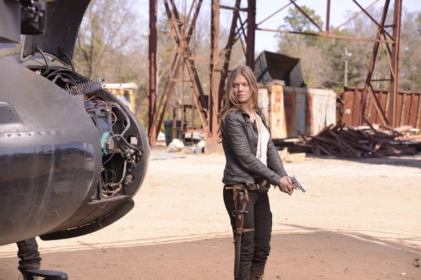 81c65-charlie-tracy-spiridakos-hits-the-air-field-in-revolution-1x18
