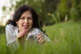 Женский портрет на траве с очками. Фотограф в Риге Надя Рубина.