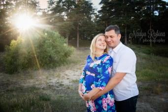 Фотосессия беременности на природе летом. Счастливые муж и жена.