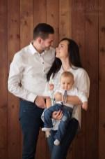 Мама, папа, маленький малыш в фотостудии на фотосессии в Риге.