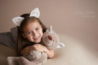 Портрет четырёхлетней девочки с игрушкой в студии в Риге
