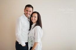 Улыбающаяся влюблённая пара на фотосессии в студии в Риге.