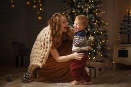 Мама и малыш веселяться у ёлочки