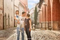 Семейная фотосессия в Старой Риге у крепостной стены. Фотограф Надя Рубина.