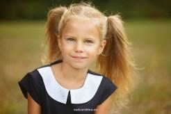 Портрет. Мини-фотосессия первоклассницы в Риге на фоне леса. Детский фотограф Надя Рубина.