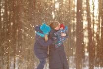 Зимняя семейная фотосессия со снегом