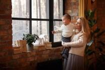 фотосессия мама и сын смотрят в зимнее окно