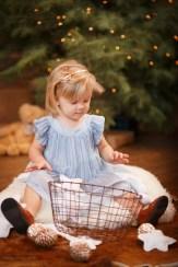 Нарядная девочка играет у ёлочки, Новогодняя фотосессия