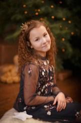 Портрет девочки-подростка у ёлочки, новогодняя фотосессия