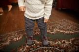 фотосессия малыш завязывает шнурки
