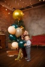 фотосессия воздушные шарики, мама и сын