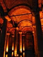 Über 300 jeweils acht Meter hohe Säulen mit überwiegend korinthischen Spolienkapitellen tragen das Gewölbe der Zisterne.