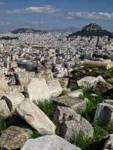 Vom Akropolis Felsen hat man rundum einen schönen Blick auf Athen. Vom gegenüberliegenden Lycabettus-Hügel, der höchsten Erhebung Athens, einen schönen Blick auf die Akropolis.