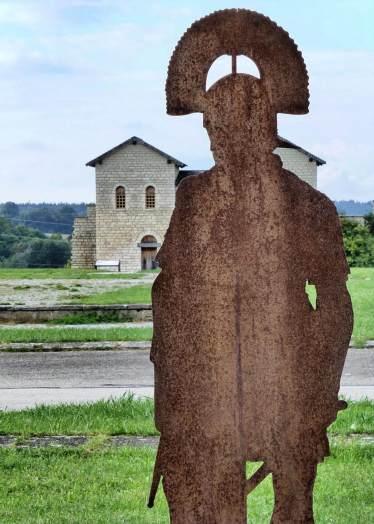Silhouette eines römischen Offiziers an der via principalis Ecke via praetoria. Im Hintergrund die Innenseite des Nordtors.
