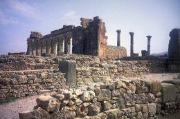 Die Basilika von Volubilis, rechts die Säulen des Forumstempel.