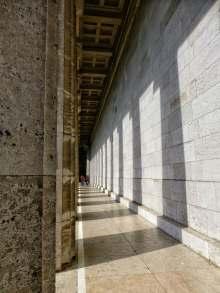 Licht und Schatten am Säulengang entlang der Westseite der Walhalla.