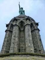 Finanziert mit dem Privatvermögen des Bauherren, Spenden aus der Bevölkerung und durch die in ganz Deutschland gegründeten Denkmalsvereine. Letztlich waren aber öffentliche Zuschüsse und Spenden des Kaisers und der Fürsten notwendig, um das Vorhaben fertigzustellen.